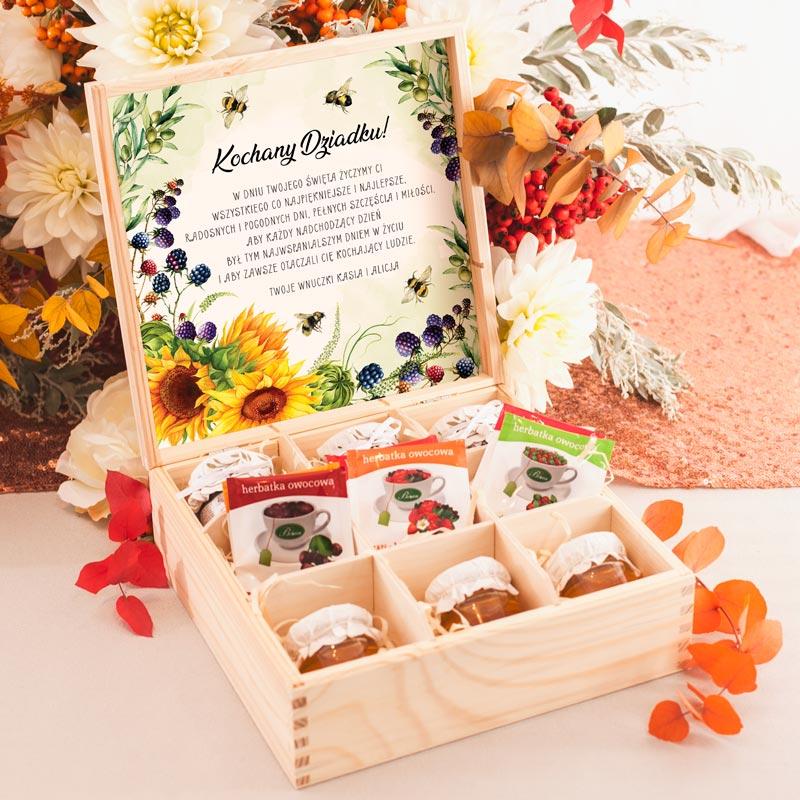 Skrzynka drewniana prezent dla dziadka z personalizowanymi życzeniami, dżemami, miodem i herbatkami.