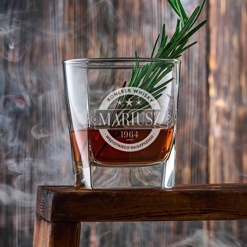 Szklanka do whisky z personalizowanym grawerem z imieniem, datą urodzenia oraz podpisem koneser whisky oraz wszystkiego najlepszego.