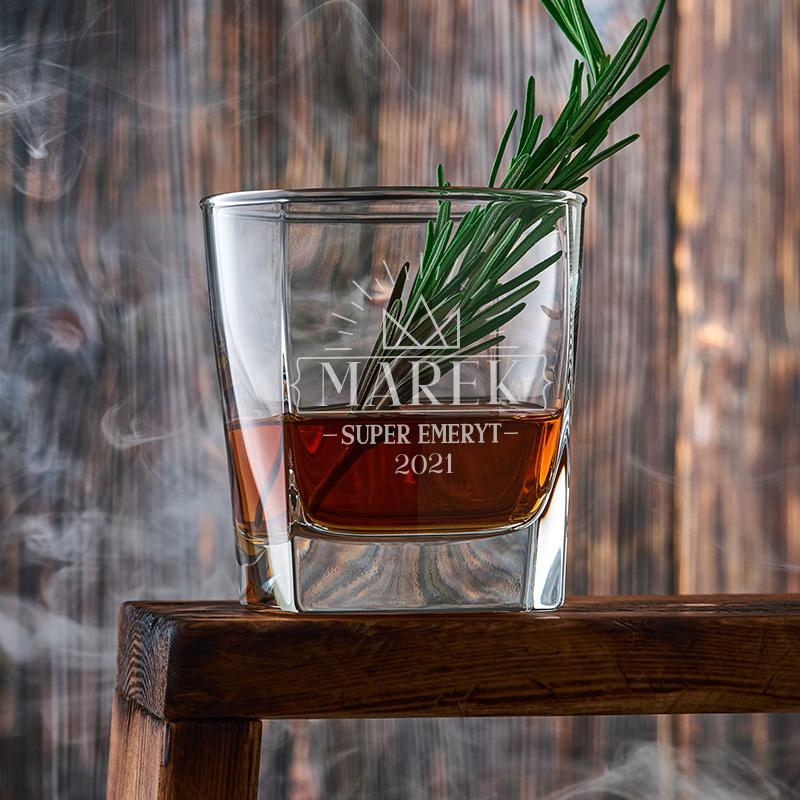Kanciasta szklanka do drinków i whisky z nadrukiem super emeryt, imieniem i rokiem przejścia na emeryturę.