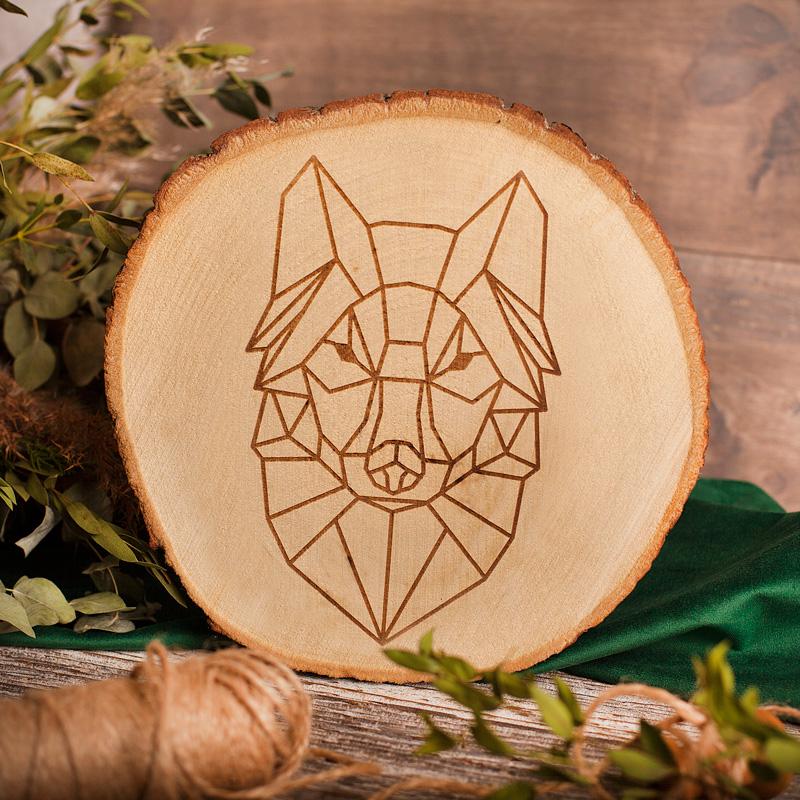 Obraz na plastrze drzewa dekoracja do mieszkania z geometrycznym wilkiem w formie grawera.