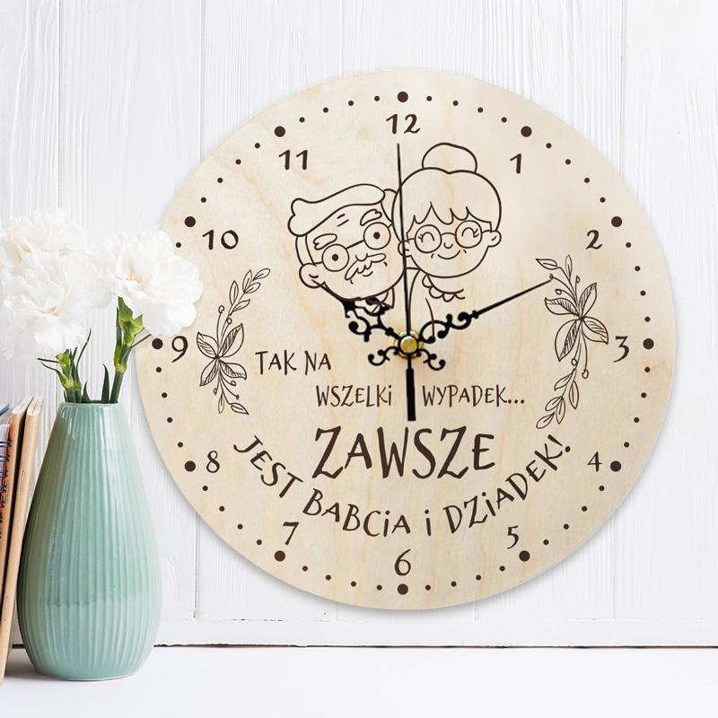 Drewniany zegar na ścianę dla babci i dziadka z wizerunkiem uśmiechniętej starszej pary. Na tarczy są również numeracja godzin i napis dedykacyjny.