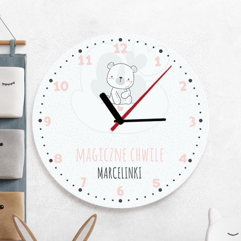 Szklany, okrągły zegar do pokoju dziecka z trzema wskazówkami, cyferkami, białym misiem i napisem z imieniem dziecka,