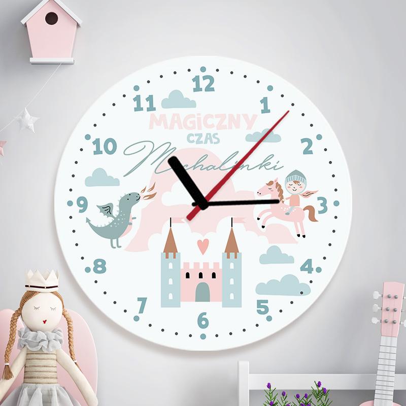 Zegar szklany okrągły ze wskazówkami oraz nadrukiem z motywem Zamku z wieżami, rycerza, smoka i napisem Magiczny czas + imię dziecka.