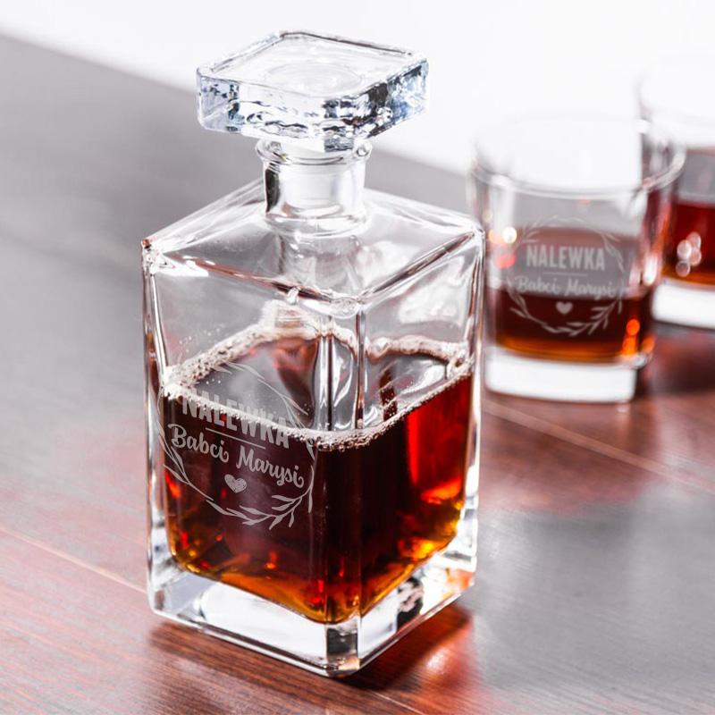 Personalizowana karafka na Dzień babci i 6 kwadratowych szklanek. Na jednej ze szklanek i na karafce zostanie wygrawerowany napis nalewka babci i imię.