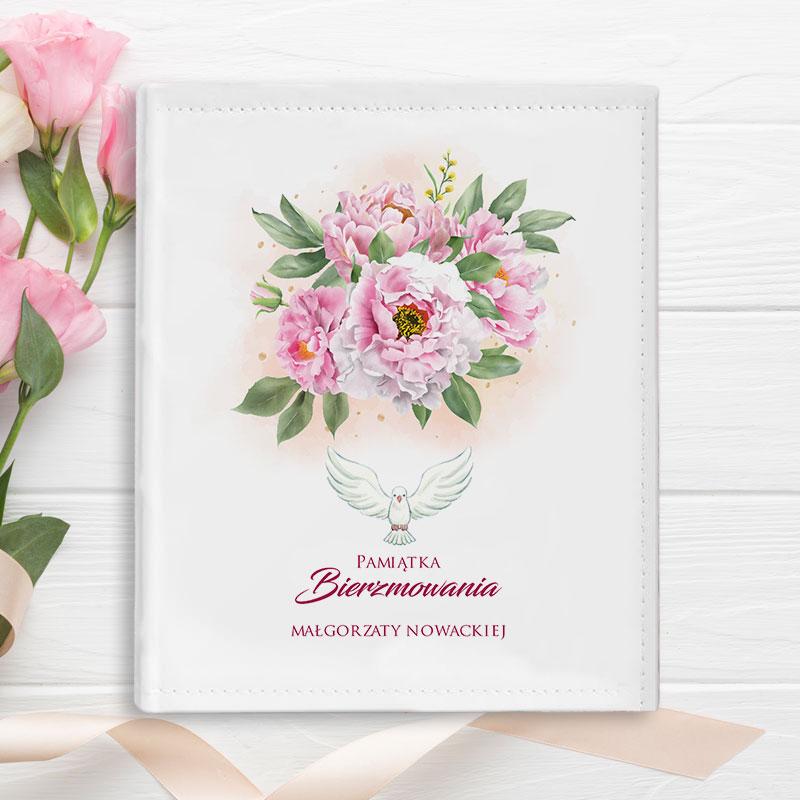 Album do wklejania zdjęć z dedykacją na okładce Pamiątka Bierzmowania, z bukietem różowych kwiatów oraz gołębicą.