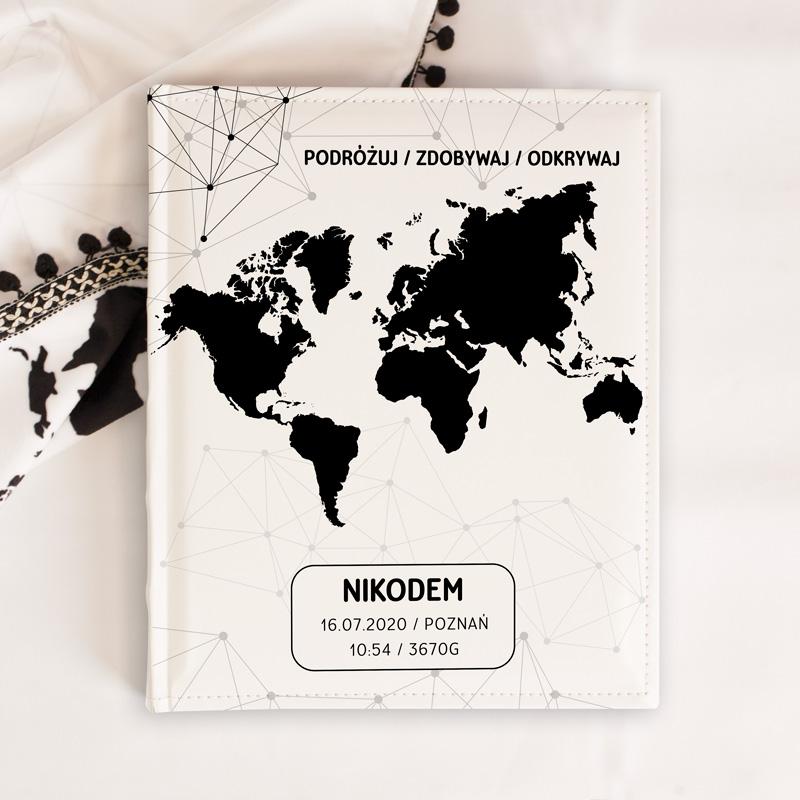 Personalizowany album na zdjęcia z imieniem dziecka, metryczką i mapą świata na jasnej okładce z eko skóry. Prezent na narodziny lub roczek dla chłopca.