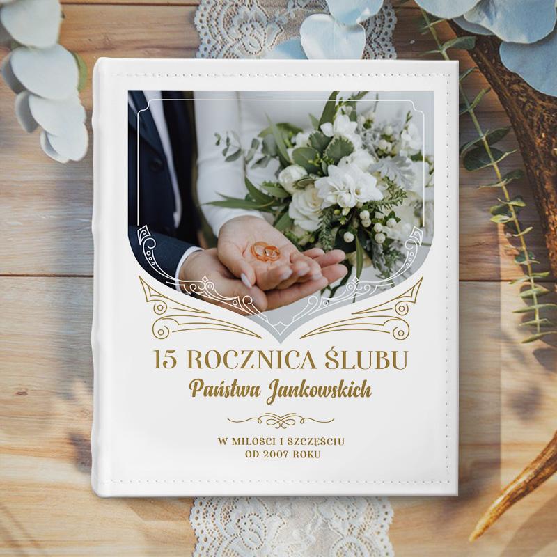 Album fotograficzny ze zdjęciem pary na okładce, nazwiskiem i datą ślubu. Prezent na rocznicę ślubu