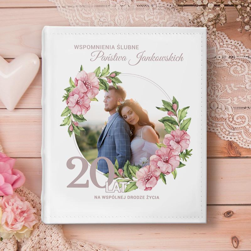 Album na fotografie prezent na rocznicę, ze zdjęciem pary na okładce w kwiatowym wianku oraz personalizowaną dedykacją z nazwiskiem rodziny oraz datą ślubu.