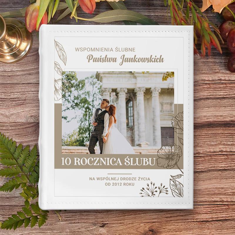 Album do wklejania zdjęć z fotografią na okładce, nazwiskiem pary oraz napisem z okazji rocznicy ślubu.