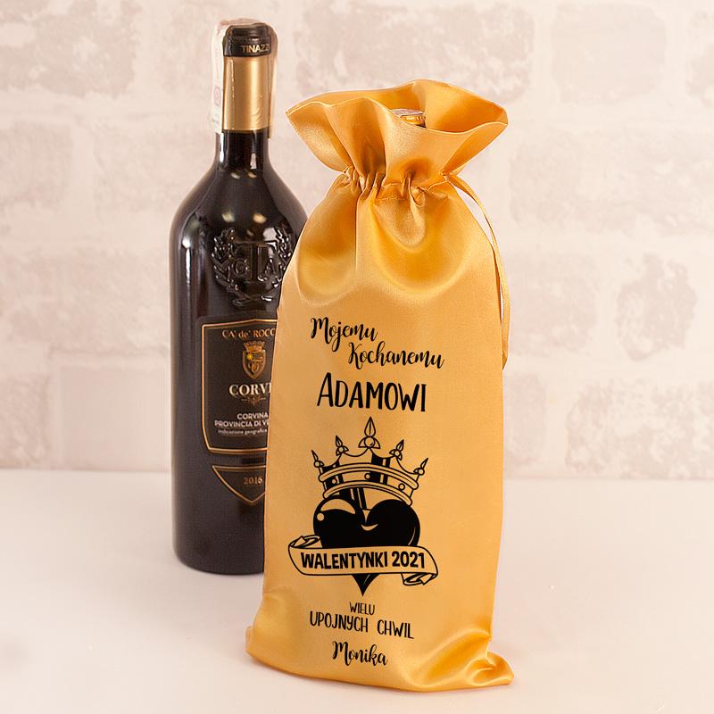 Worek na butelkę z nadrukiem to idealny prezent na Walentynki dla bliskiej osoby. Worek jest w złotym odcieniu, posiada również czarny nadruk.