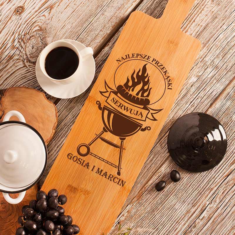 Deska bambusowa z grawerem na powierzchni z imionami pary oraz grafiką z grillem w płomieniach. Prezent dla pary, deska do krojenia oraz jako deska na przekąski