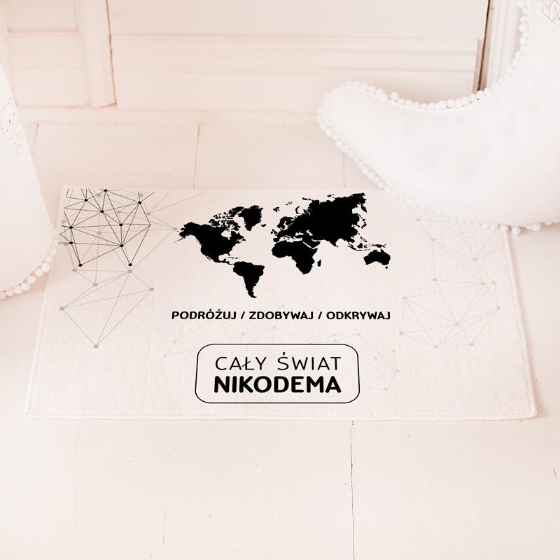 Dywanik do dziecięcego pokoju z imieniem w białym kolorze. Na dywaniku widnieje grafika Mapa Świata z kolekcji Mały Odkrywca