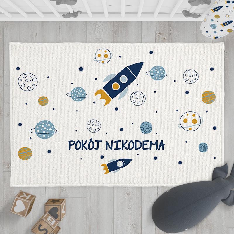 Dywanik do pokoju dziecka z motywem kosmicznej przygody oraz z imieniem dziecka.