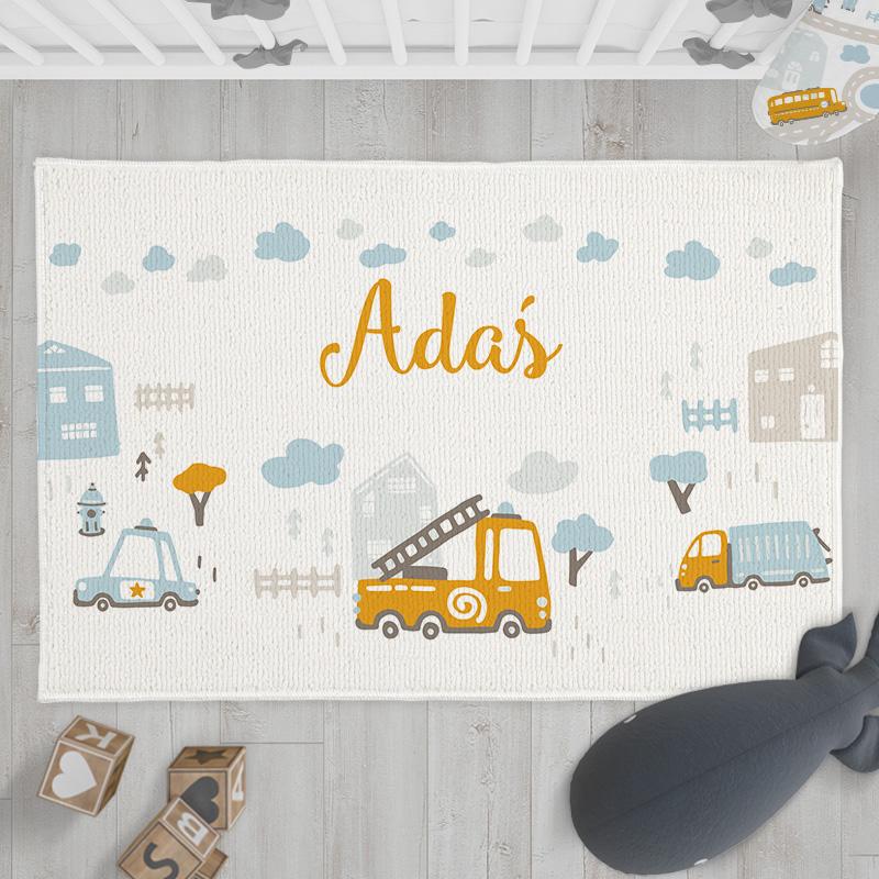 Dywanik do dziecięcego pokoju z imieniem w białym kolorze. Na dywaniku widnieje grafika żółtego wozu strażackiego.