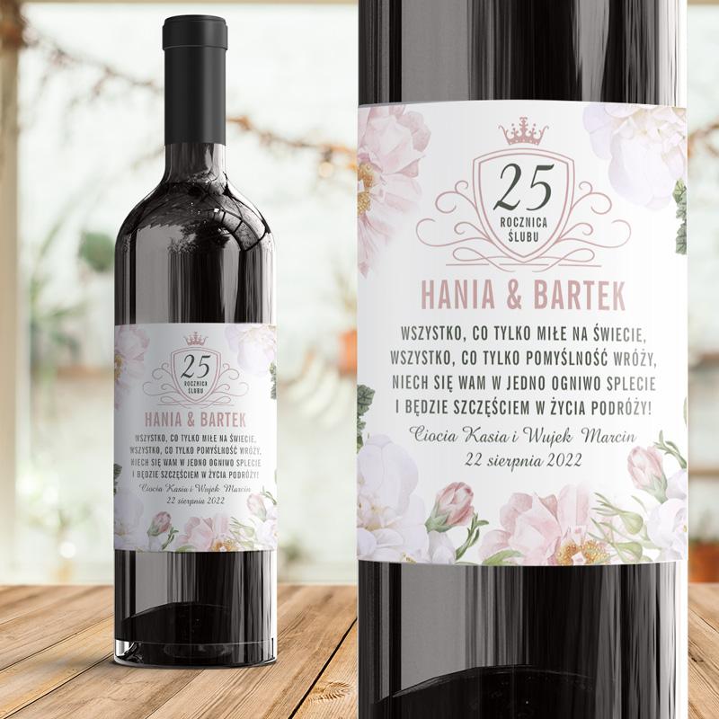Etykieta na wino prezent na rocznicę ślubu. Na powierzchni naklejki znajdują się pastelowe kwiaty, liczba, która symbolizuje, która to rocznica, imiona małżonków, data uroczystości oraz podpis od kogo jest prezent.