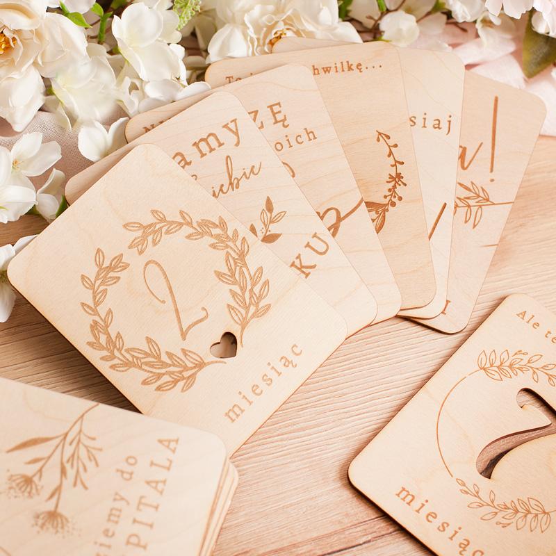 Drewniane karty do zdjęć z napisami na każdy miesiąc ciąży oraz z opisami zmian, jakie zachodzą podczas rośnięcia dzidziusia. Zestaw liczy 20 tabliczek.