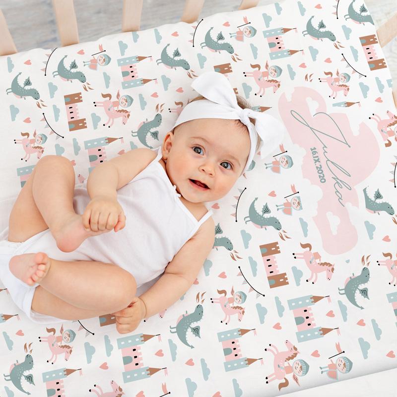 Kocyk dla niemowlaka delikatny i miękki z grafiką bajkowego królestwa z imieniem i datą narodzin dziecka.