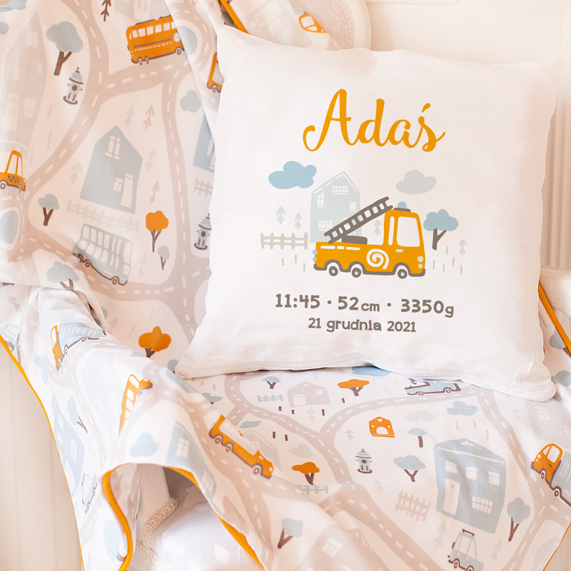 Poduszka dla dziecka z motywem wozu strażackiego. Idealnie sprawdzi się jako prezent dla chłopca. Poduszkę wykonamy z miłego w dotyku materiału.