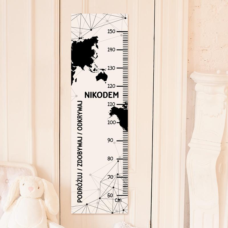 Miarka wzrostu dla dziecka z motywem mapy świata, imieniem oraz skalą w centymetrach do zaznaczania wzrostu.