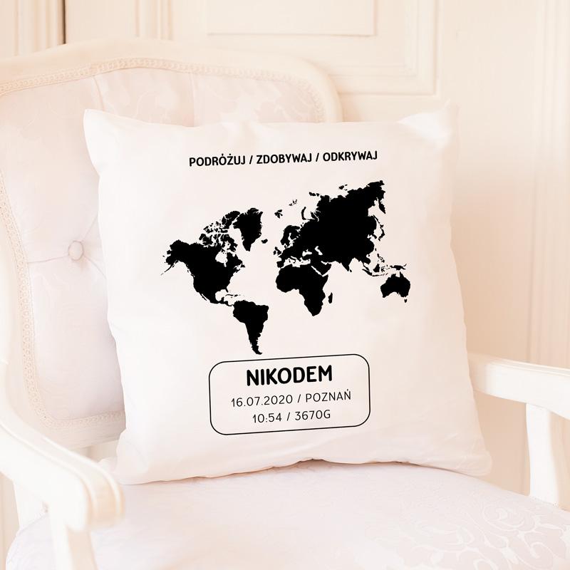Poduszka dekoracyjna do pokoju dziecka z mapą świata i metryczką dziecka w ozdobnej ramce. Nadruk wykonany metodą sublimacji