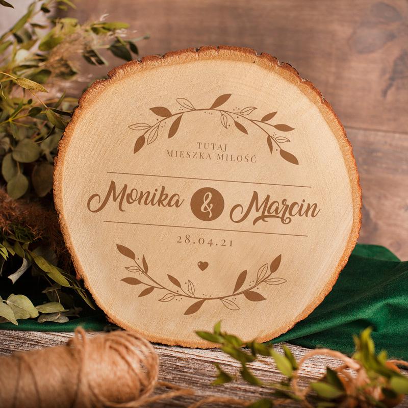 Personalizowany plaster drewna z imionami, datą i napisem tutaj mieszka miłość w formie grawera. Prezent dla pary.