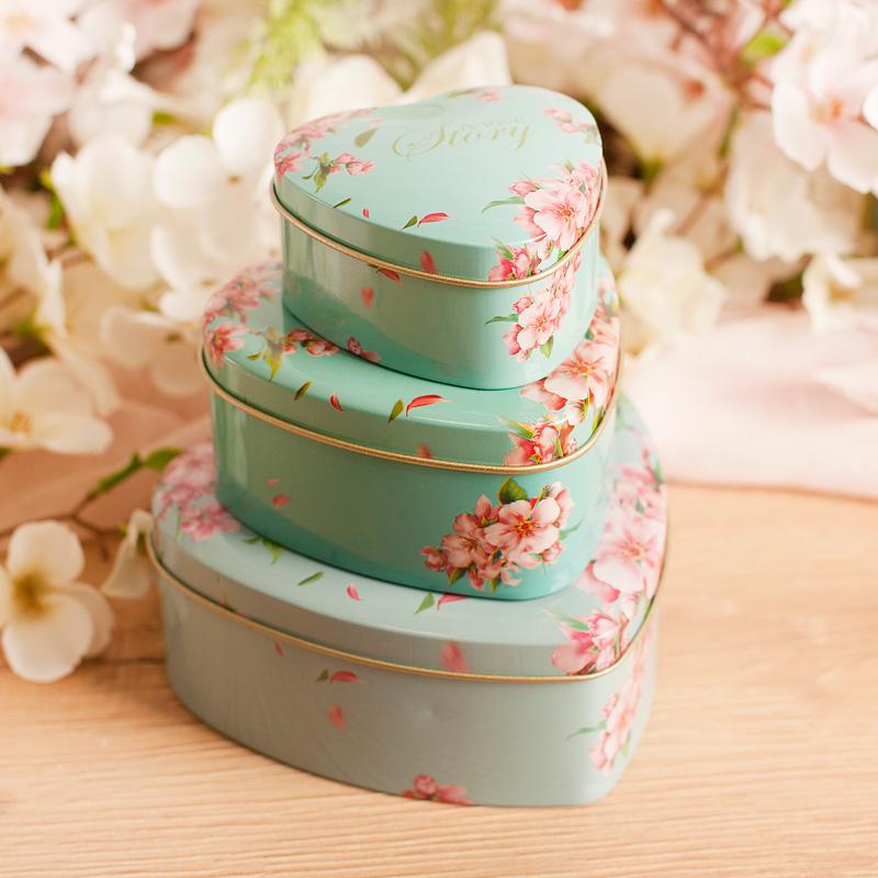 Blaszane pudełko serce w trzech rozmiarach do wyboru. Pudełeczko ma miętowy kolor i kwiatowe zdobienia w różowym odcieniu.