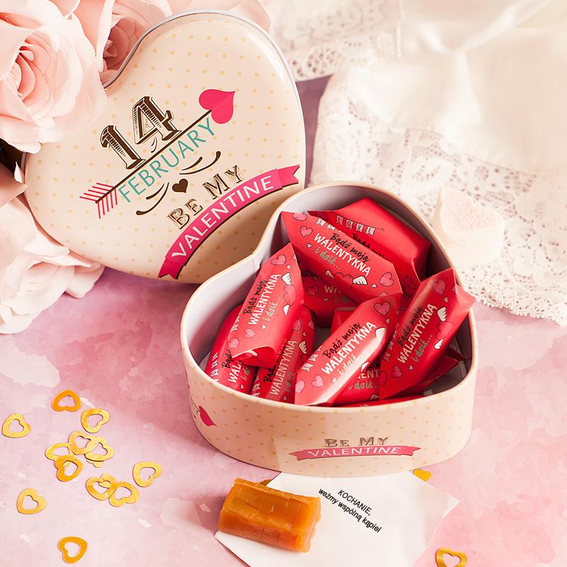 Krówki na walentynki w metalowym pudełku. Idealny upominek walentynkowy dla ukochanej osoby.