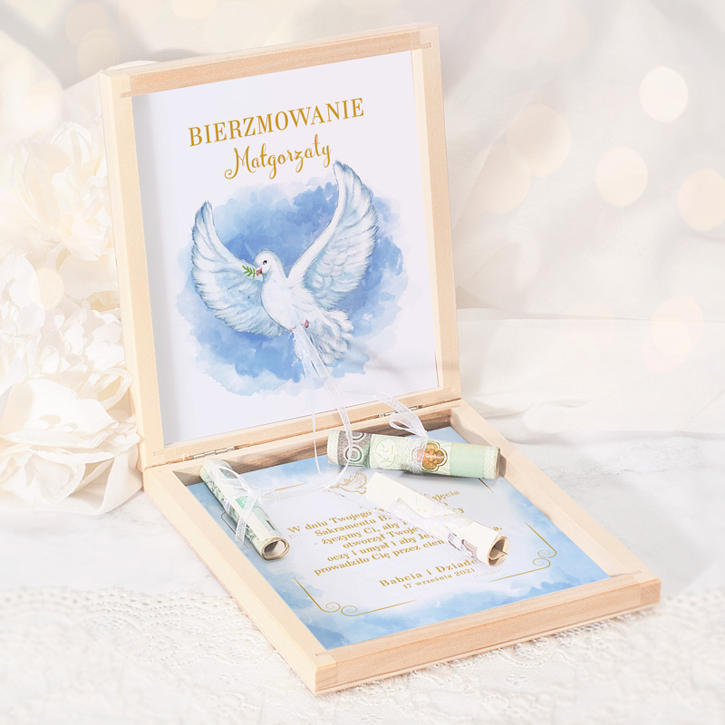 Szkatułka z życzeniami na bierzmowanie, symbolem białej gołębicy i wstążkami na zwinięte banknoty. Pamiątka bierzmowania