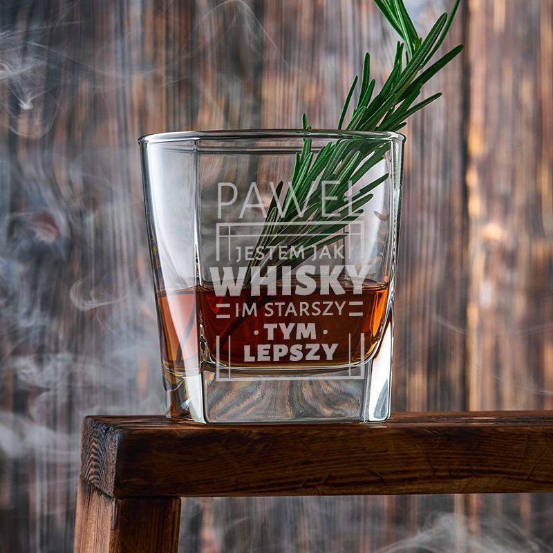 Kwadratowa szklanka do whisky z grawerowanym napisem i imieniem: jestem jak whisky, im starszy tym lepszy