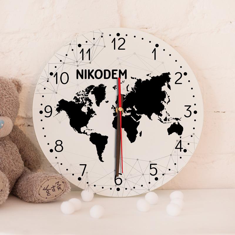 Szklany, okrągły zegar do pokoju dziecka z trzema wskazówkami, cyferkami, z grafiką mapa świata i napisem z imieniem dziecka,