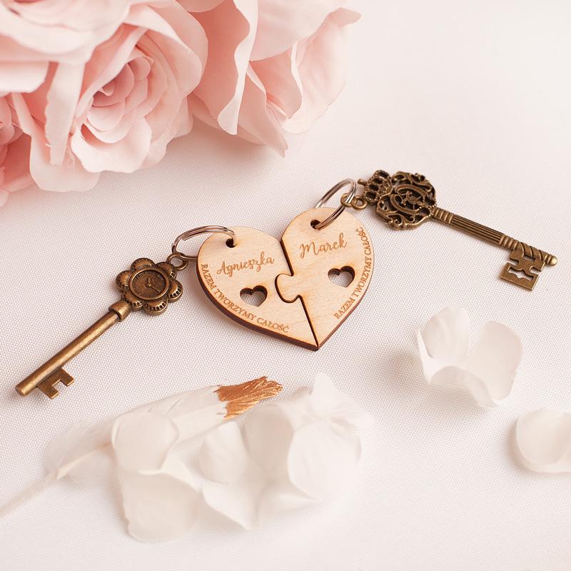 Zawieszki do kluczy, drewniane z grawerowanymi napisami, w kształcie dwóch połówek serca z dopasowaniem jak puzzle.
