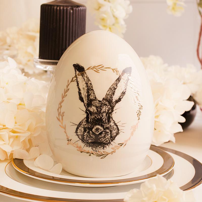 Jajko wielkanocne duże emaliowane z wizerunkiem zająca, otoczonym złotym jajkiem. Dekoracja wielkanocna na prezent.