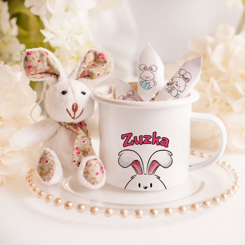 Zestaw upominków na Wielkanoc dla dziewczynki z kubkiem z imieniem, maskotką zajączkiem i krówkami.