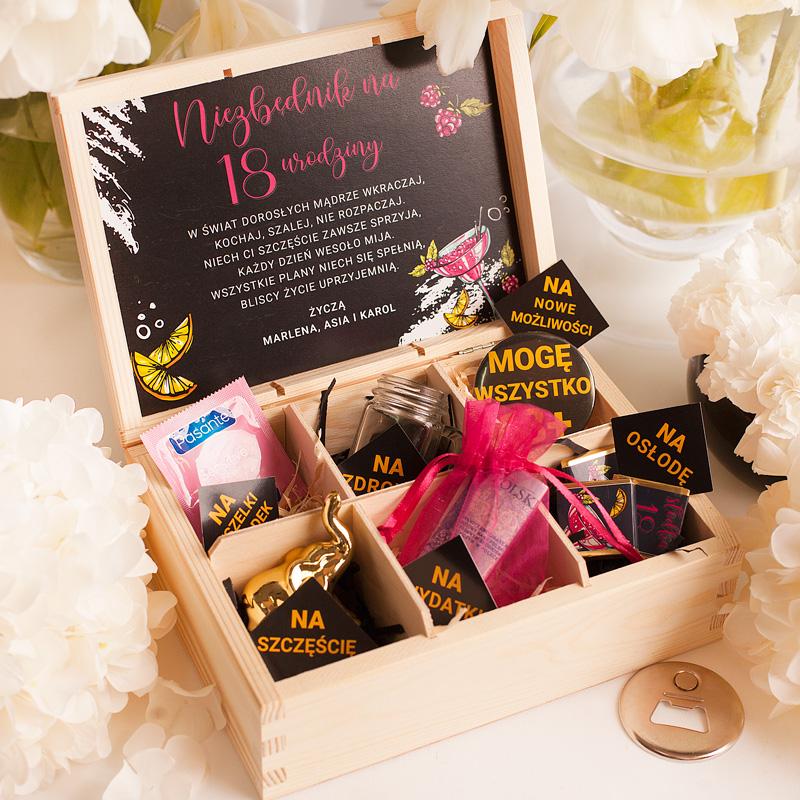 Niezbędnik na 18 urodziny dla dziewczyny z życzeniami i gadżetami w drewnianej skrzynce. W każdej z 6 przegródek znajduje się drobiazg z bilecikiem.