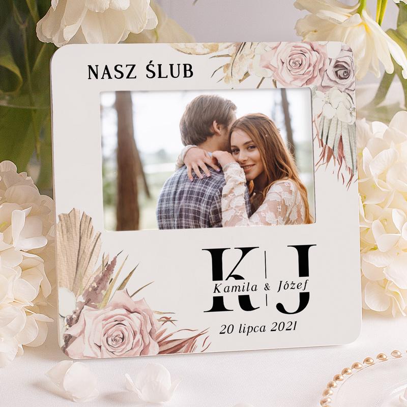 Ramka na zdjęcie ślubne z inicjałami nowożeńców, datą ślubu, imionami i trawami pampasowymi.