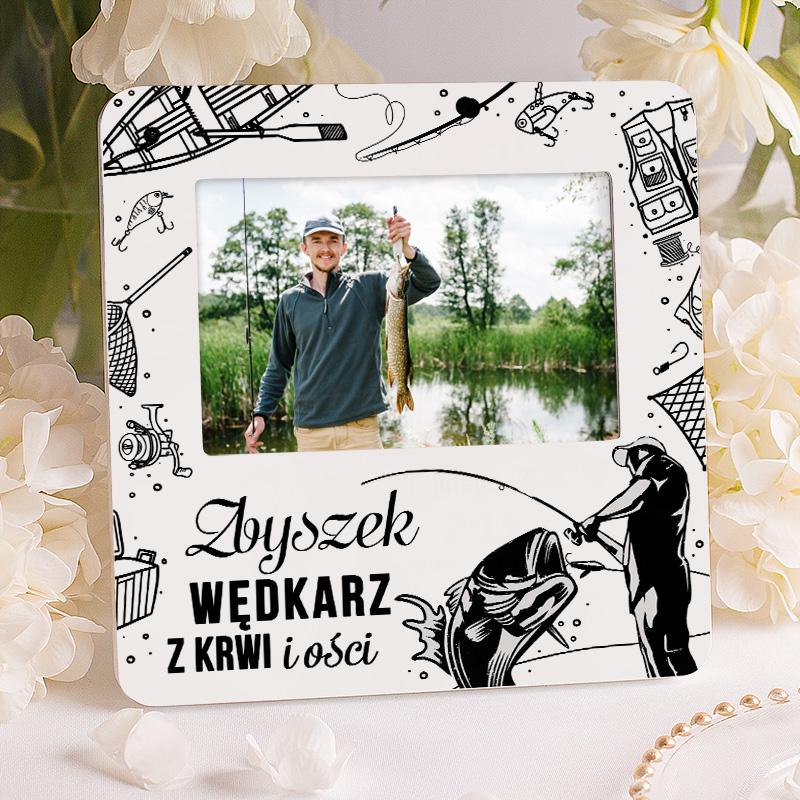 Personalizowana ramka na zdjęcie dla wędkarza z dedykacją i imieniem oraz otoczką z grafikami w stylu wędkarskim.
