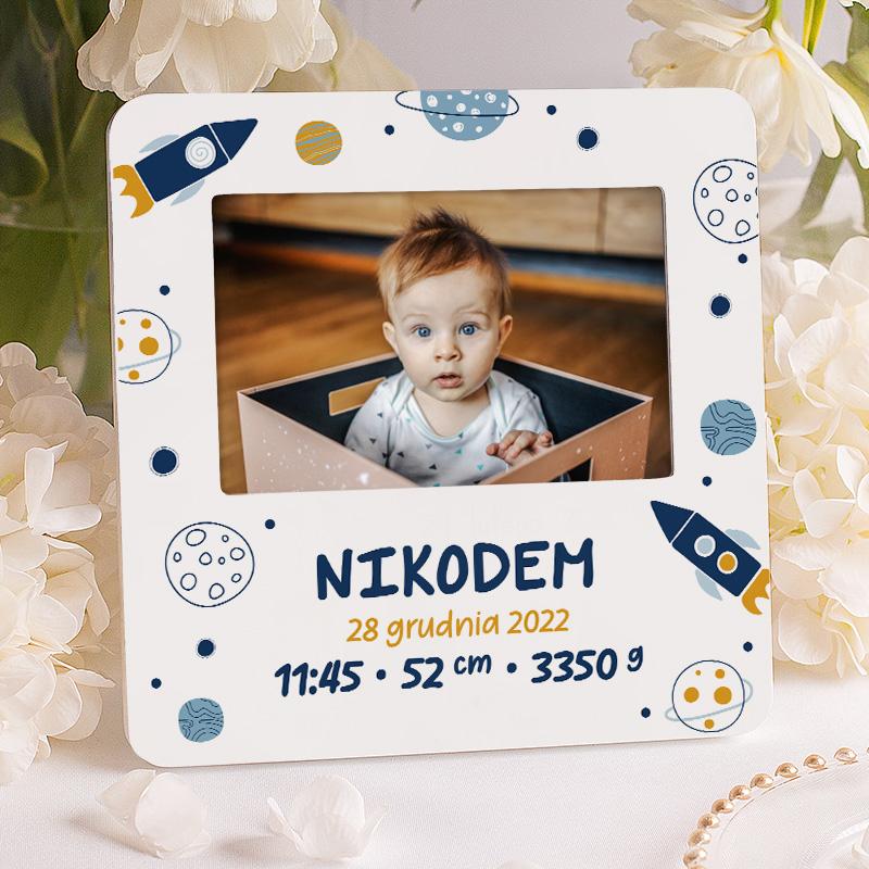 Ramka na zdjęcie chłopca na narodziny w kosmicznym stylu. Na ramce znajduje się kosmiczna grafika oraz personalizacja w postaci metryczki.