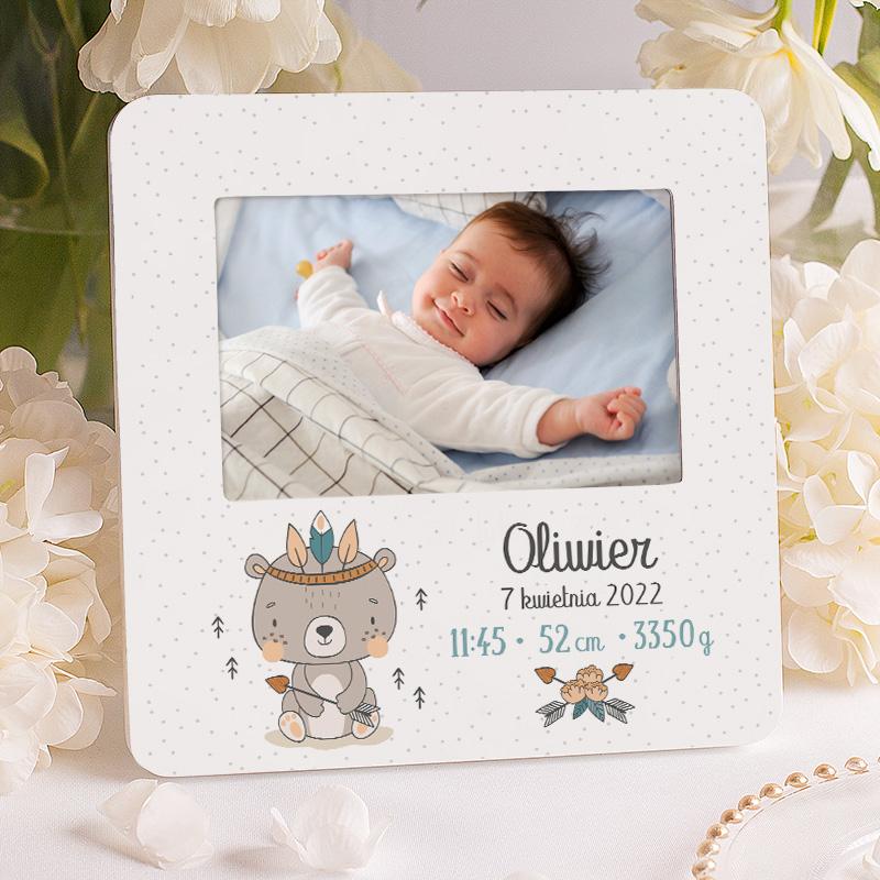 Ramka z metryczką dla dziecka to wyjątkowy upominek na wiele okoliczności. Motyw graficzny na ramce pasuje jako prezent dla chłopca.