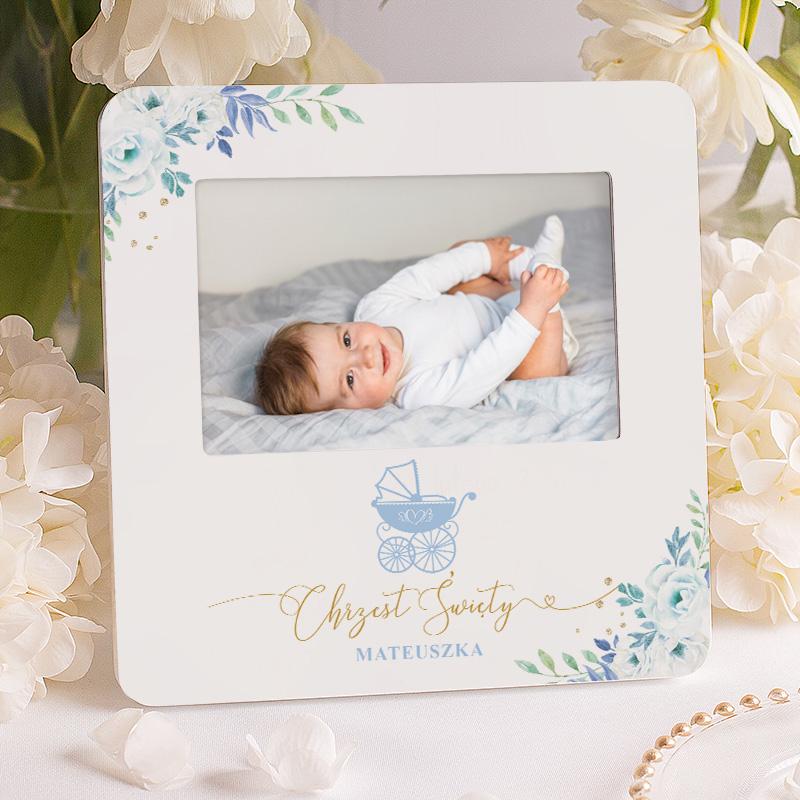Pamiątkowa ramka na zdjęcie, prezent na chrzest dla chłopca z dedykacją i jego imieniem. Motyw dekoracji na ramce jest oparty na kolekcji Błękitny wózek.