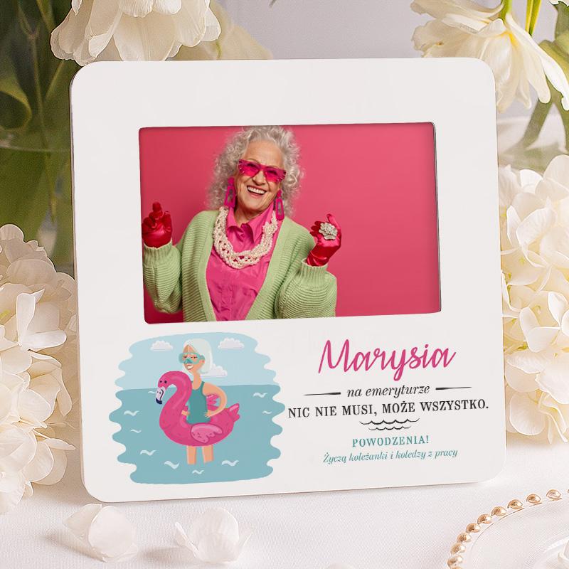 Personalizowana ramka na zdjęcie z tematyczną dedykacją na emeryturę. Na ramce znajduje się imię i podpis od kogo jest prezent oraz dedykacja dla kobiety, która przechodzi na emeryturę.