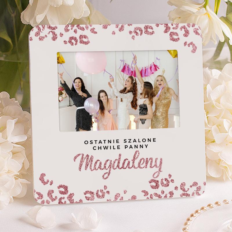 Ramka na zdjęcie pamiątkowe z wieczoru panieńskiego z różowymi cętkami i napisem ostatnia szalona imprezy panny + imię.