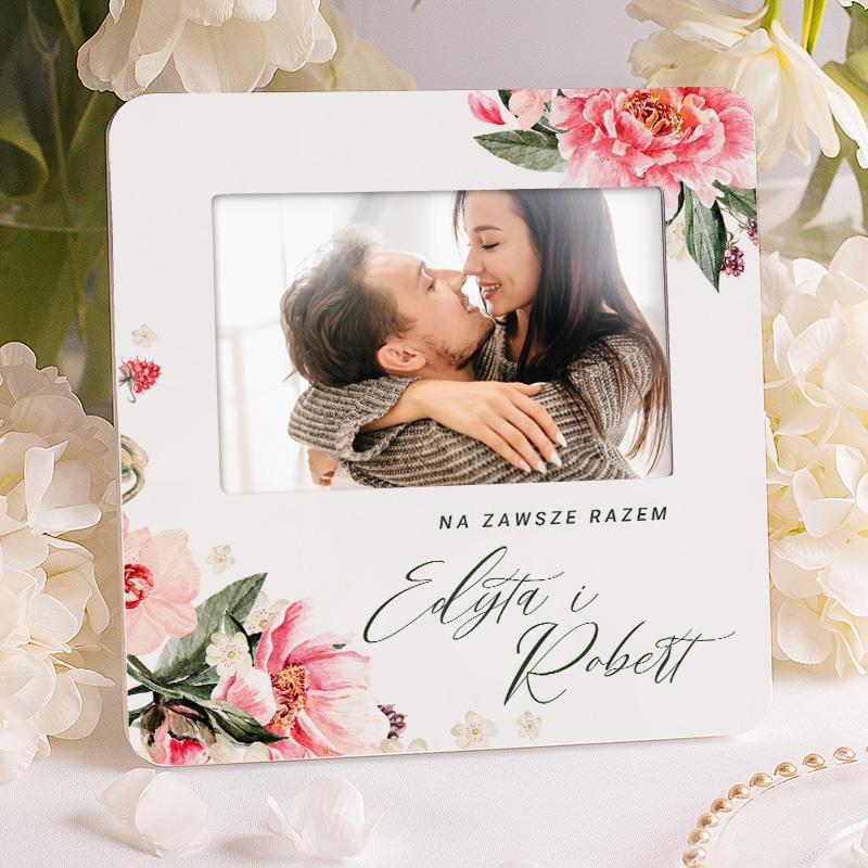 Ramka personalizowana dla pary w białym kolorze, wzbogacona o grafikę kwiatową. Idealny upominek dla ukochanej osoby.