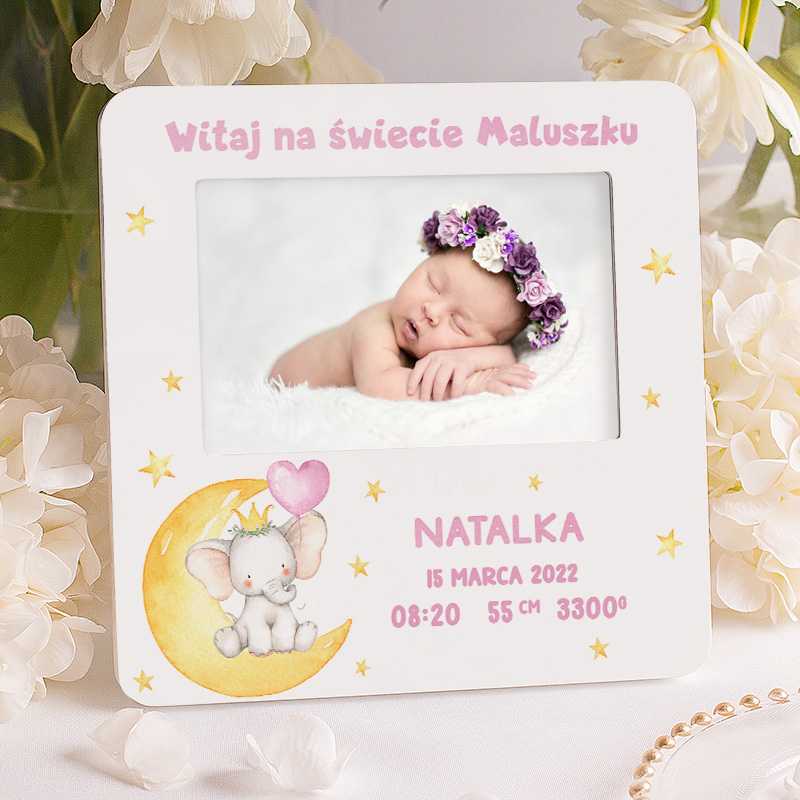 Ramka na narodziny dziewczynki idealnie sprawdzi się jako pamiątka z dzieciństwa. Wzbogacona jest o elementy w różowej kolorystyce.