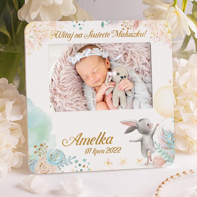 Ramka na zdjęcia z personalizowaną grafiką i dedykacją na narodziny: Witaj na świecie maluszku z imieniem dziecka i datą narodzin.