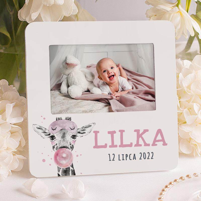 Ramka na zdjęcie z imieniem i datą oraz wesołą żyrafą. Prezent dla dziewczynki na roczek lub narodziny.