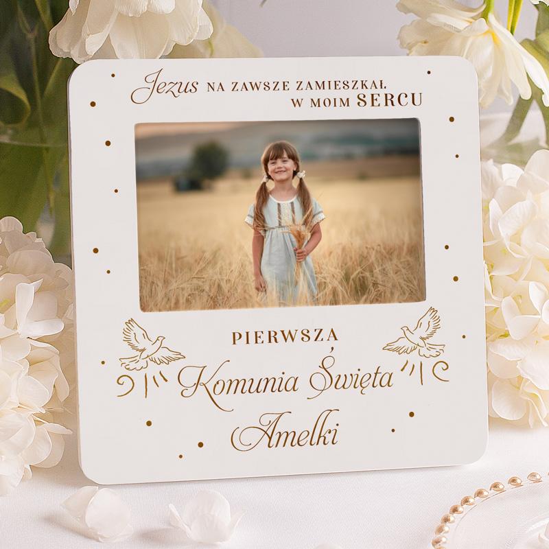 Personalizowana ramka na zdjęcie z dedykacją na I Komunię Świętą z imieniem dziecka i dekoracyjnymi gołębiami.
