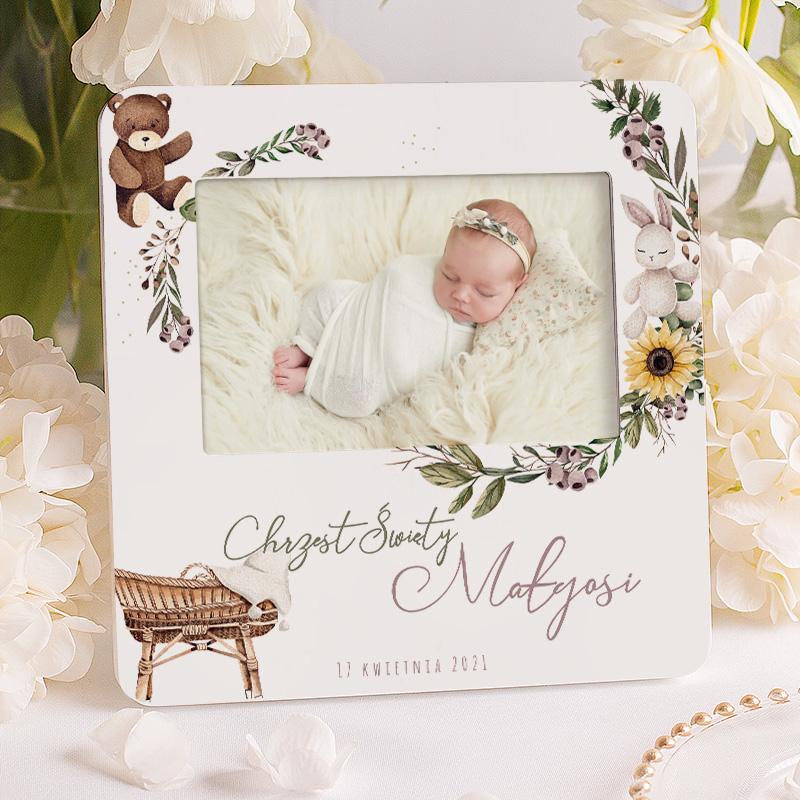 Personalizowana ramka na zdjęcie dziecka ze chrztu świętego z imieniem, datą i dekoracją graficzną w subtelnym wzorze.