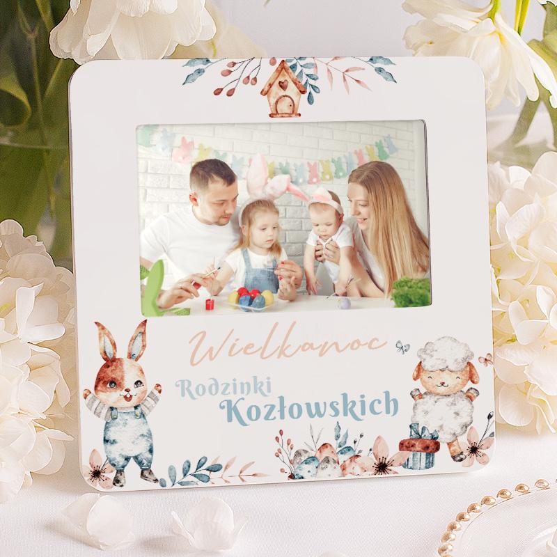 Personalizowana ramka na zdjęcie z nazwiskiem rodziny i dekoracją wielkanocną. Prezent na Zajączka.