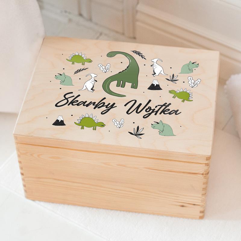 Skrzynia drewniana na skarby dziecka z imieniem na wieczku i grafiką z dinozaurami.