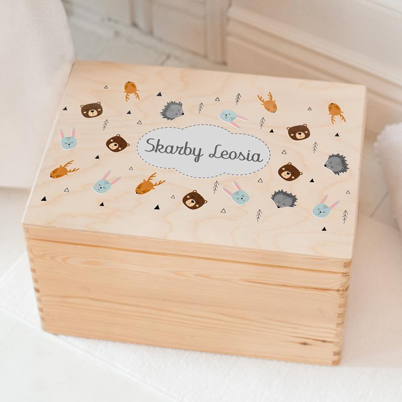 Personalizowana skrzynka na zabawki dziecka, z naturalnego drewna. Na wieczku znajduje się dekoracja dziecięca w skandynawskie zwierzątka oraz personalizowany podpis Skarby, który dopełnimy imieniem dziecka.
